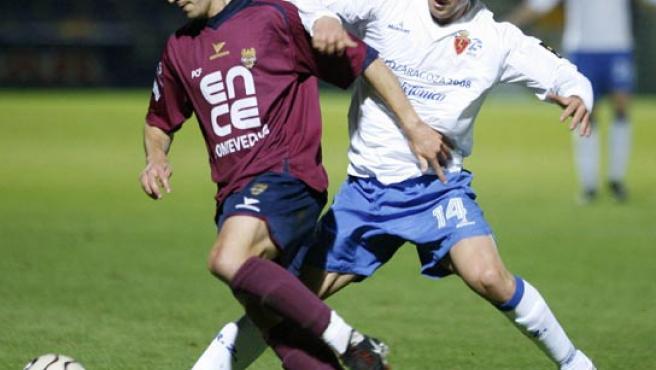El centrocampista del Zaragoza Gabi (d) intenta arrebatar el balón al centrocampista del Pontevedra Castro (Corujo /EFE).