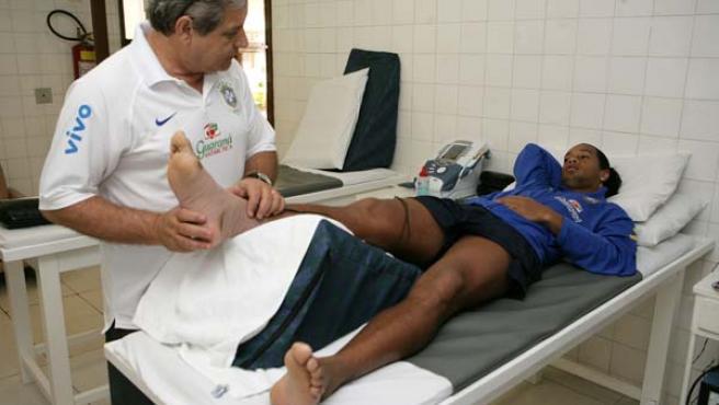 Dinho, en una camilla tratándose de su lesión (Reuters).