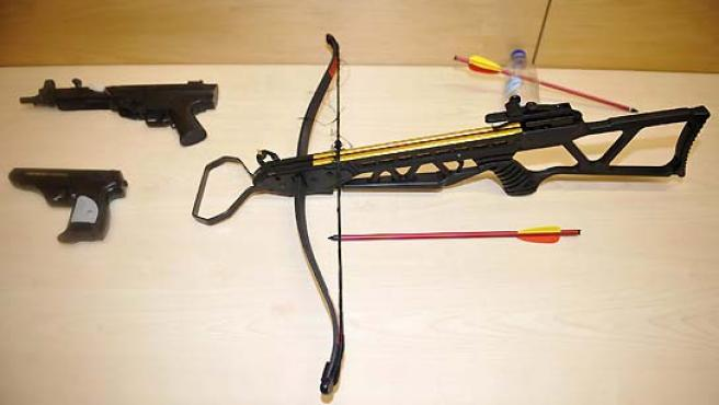 Algunas de las armas que iban a usar los dos estudiantes. (Achim Scheidemann / EFE).