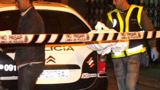 La Policía recoge pruebas en el portal donde fue apuñalada (EFE)