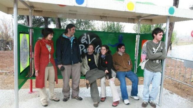 Varios estudiantes esperan en la parada de El Punto.