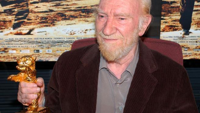 El actor Fernando Fernán-Gómez, tras recoger en Madrid el Oso de Oro honorífico del Festival de Berlín (febrero de 2005).