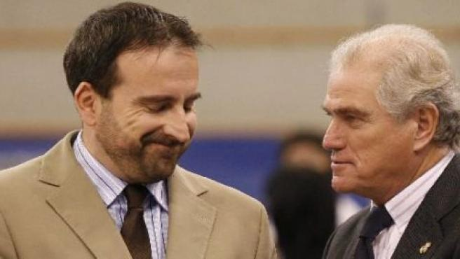 El técnico Joan Plaza (izda.), con Ramón Calderón, presidente del Real Madrid (EFE).