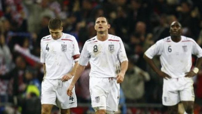 Steven Gerrard (izda.), Frank Lampard (centro) y Sol Campbell muestran su decepción después de su selección, Inglaterra, quedase fuera de la Eurocopa 2008 (EDDIE KEOGH / REUTERS).