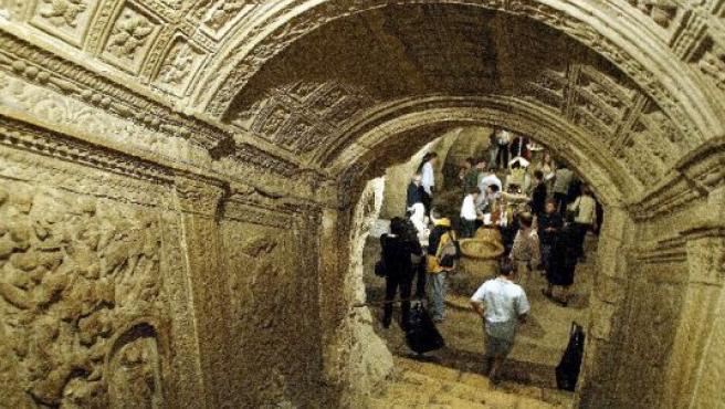 Una imagen de la celebración del Día de San Antolín y el rito de beber agua en la cripta de la Catedral de Palencia.
