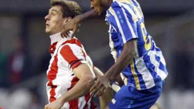 El delantero del Athletic Club de Bilbao, Fernando llorente (i) y el centrocampista canadiense del Deportivo de La Coruña, De Guzmán.
