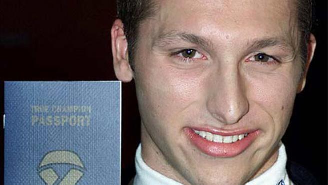 Ian Thorpe, luce sonriente un pasaporte de limpieza en los Juegos de Sydney de 2000. (REUTERS)