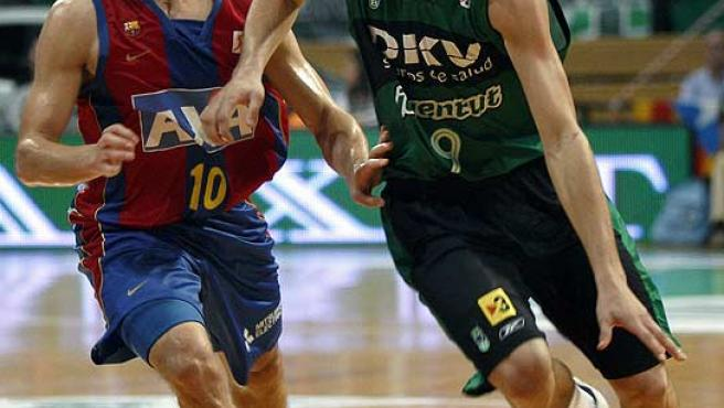 Ricky Rubio (d), del Joventut, intenta avanzar ante Jaka Lakovic (i), del Barcelona. (Efe)