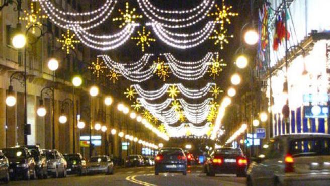 La instalación de las luces anuncia que la Navidad está ya cerca.