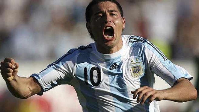 Riquelme celebra uno de sus goles con Argentina. (Efe)