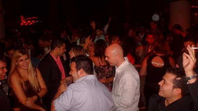 Jóvenes por la noche en una discoteca.