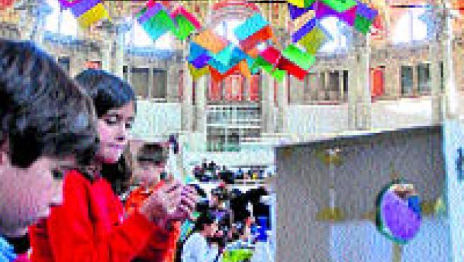 Un niño construye su casa ideal ayer en la Sala Oval del Mnac (B. Segovia).