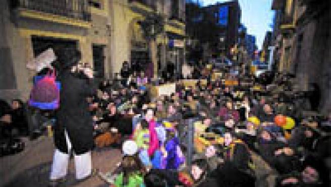Veïns de Poblenou i membres del col·lectiu La Makabra es van manifestar ahir a Barcelona (MIQUEL TAVERNA).