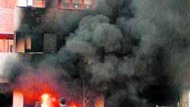 Un incendio en un contenedor de obra provocó daños en buena parte de un edificio.(Rebeca)