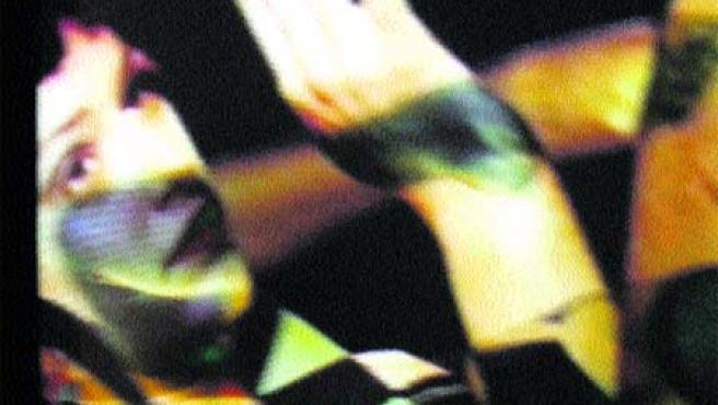 Una de las imágenes de El coro del alma negra, vídeo situado sobre muro en la capilla lateral. reproducción. (M.F)