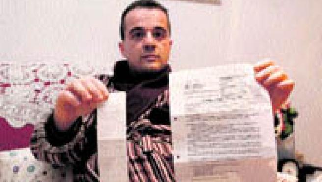 Agustín muestra el tique del taxi y el informe de alta del hospital (Paco Llopis).