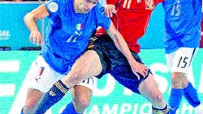 Marcelo (dcha.) pelea con Morgado por el control del balón durante la final del Europeo. (J. Abreu Miranda /EFE).