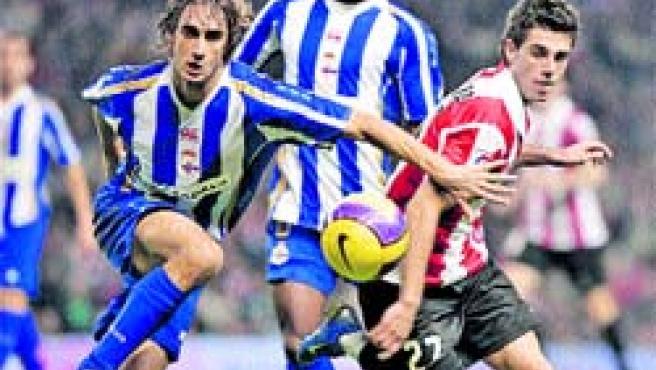 El defensa del Deportivo Piscu lucha por el control del balón con Susaeta, del Athletic, ayer en San Mamés. (Aldai / EFE)