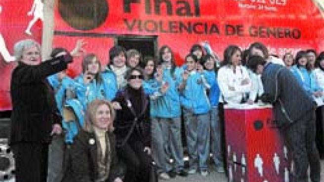 En la imagen, la plantilla posa ante el autobús de la campaña. (Juan Carlos Cárdenas / EFE).