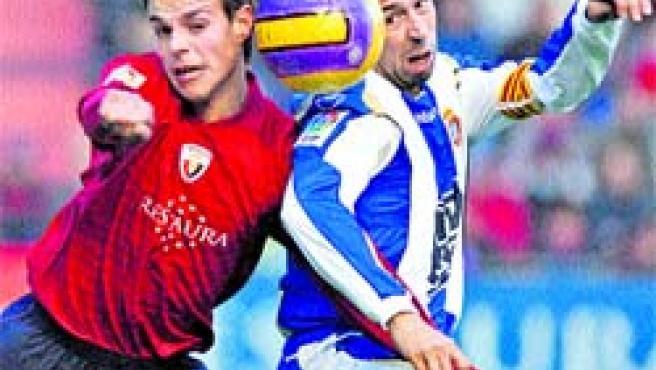 Raúl Tamudo disputa un balón con el jugador de Osasuna Azpilicueta, ayer, en Pamplona.(EFE)