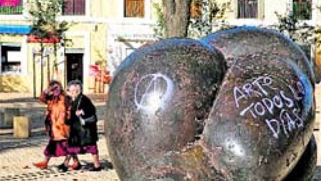 Las esculturas de la Alameda con pintadas vandálicas. (Carlos Escolástico)