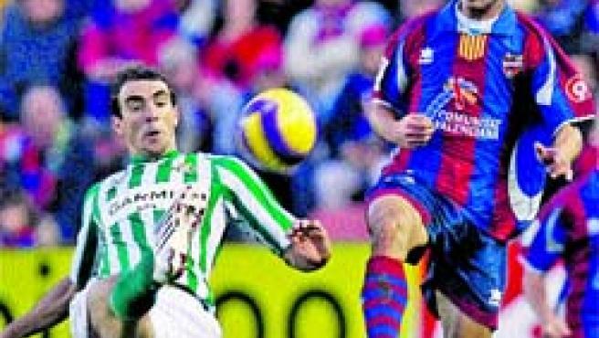 El jugador del Betis Somoza disputa el balón con Juanma, del Levante, ayer en el Ciudad de Valencia.(Cárdenas / EFE).