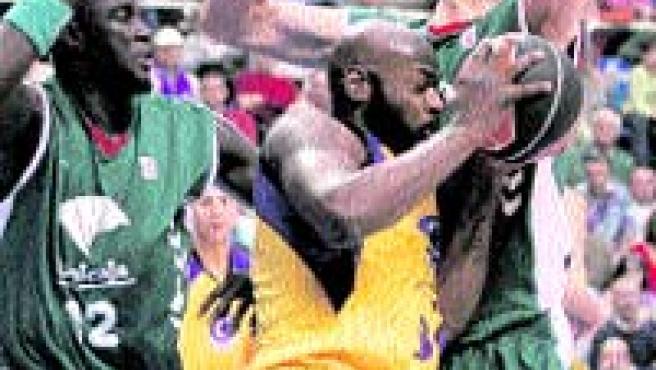 Bud Eley intenta superar la defensa de Ndong (izq) y Carlos Jiménez.(EFE).