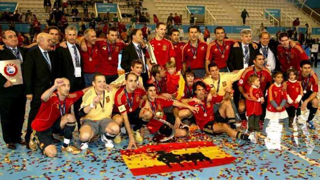 Los jugadores españoles celebran la victoria conseguida en la final del Europeo 2007 de Fútbol Sala. Amado, el segundo por la izquierda en la fila de abajo.