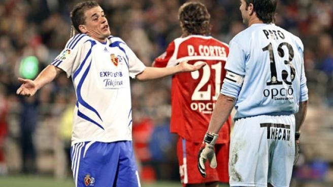 D'Alessandro da explicaciones a Abbondanzieri después de marcarle el gol (EFE).