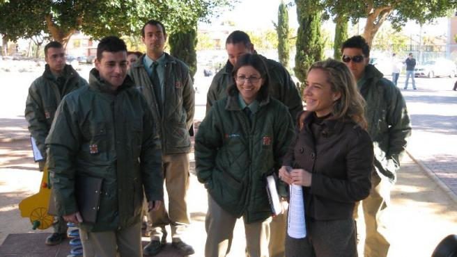 La edila Adela Martínez-Cachá junto a los vigilantes verdes.