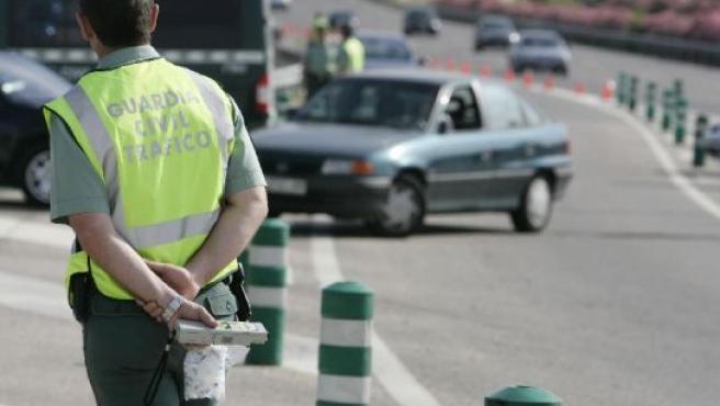 Un Guardia Civil espera para hacer un control en la carretera.