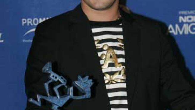 David Bisbal posa con su premio en la reciente gala de los Premios Amigo. (Jorge París)