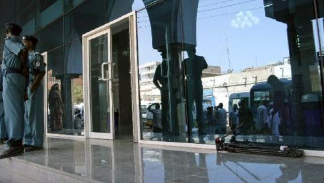 Policías sudaneses custodiando el tribunal donde se ha juzgado a la profesora inglesa.