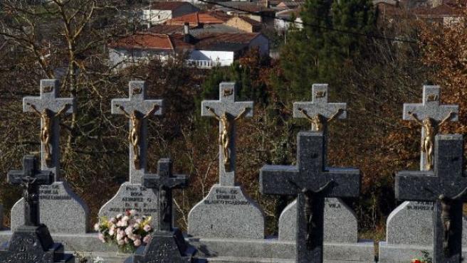 Vista del panteón familiar construído hace tres años en el cementerio de Faramontaos.