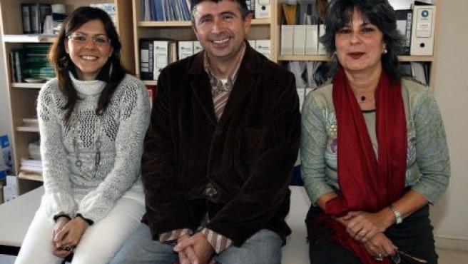 Marría Teresa Echezarreta (derecha), junto a Ángel Rodríguez (centro) y Elsa Álvarez son parte del equipo investigador del Observatorio Europeo de Gerontoinmigración.