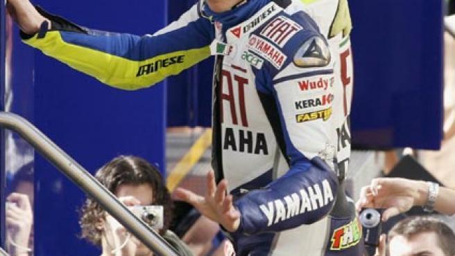 Rossi saluda a sus aficionados en Cheste. (EFE)
