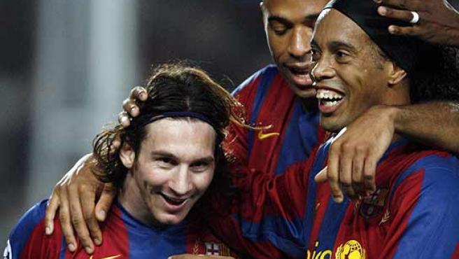 Ronaldinho sonríe junto a Messi y Henry. (Reuters)
