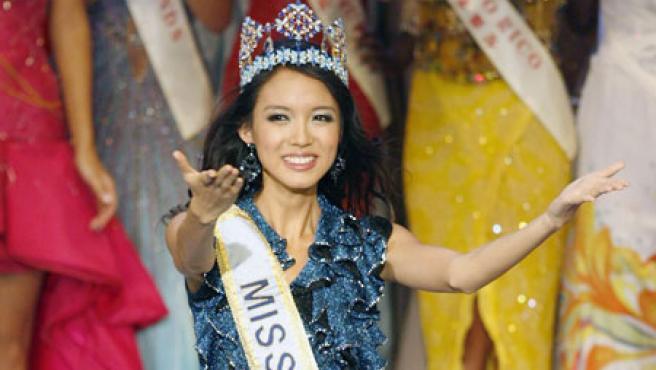 Miss China saluda al público.