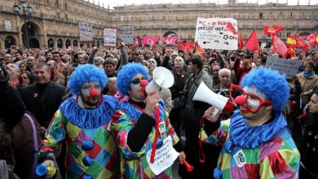 Entre 18.000 y 30.000 personas protestaron el domingo frente al Ayuntamiento.