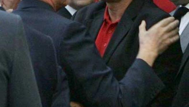 Ruiz de Lopera saluda a Juande Ramos en el funeral de Antonio Puerta (EFE)