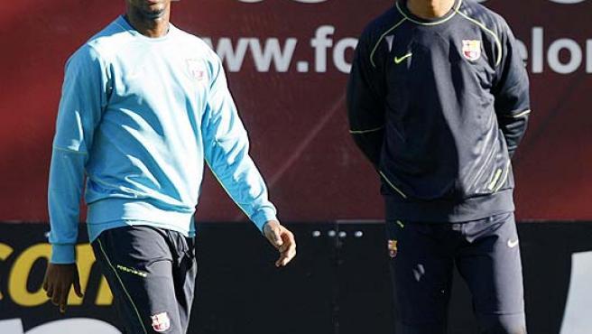 Samuel Eto'o, durante el entrenamiento con Rijkaard. (Efe)