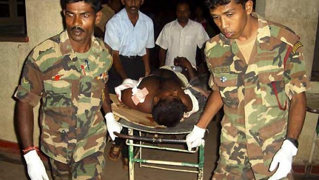 Dos soldados trasladan a uno de los heridos en la explosión. (Reuters).