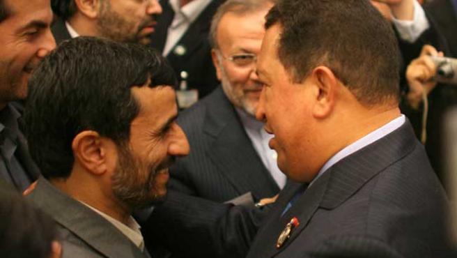 El presidente de Venezuela saluda a su homólogo de Irán en una foto de archivo.