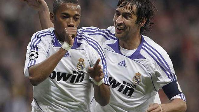 Robinho y Raúl celebran el gol. (Efe)