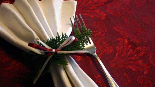 Una mesa decorada para la cena navideña.