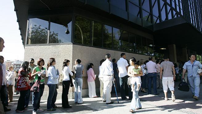 Centenares de personas hacen cola a diario en la sede del Registro Civil (JORGE PARÍS)