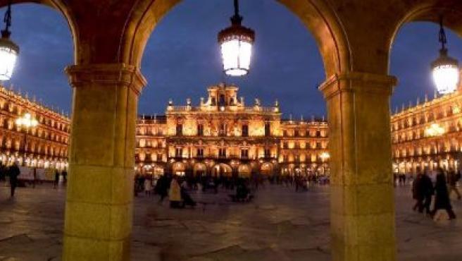 Imagen nocturna de la Plaza Mayor de Salamanca. (Foto: Archivo).