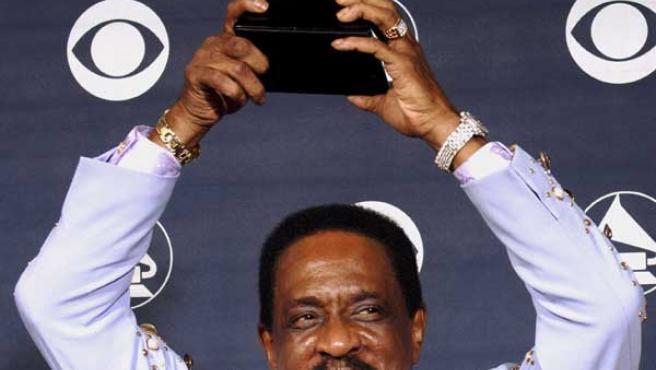 """Turner con el Grammy que recibió por """"Risin' With The Blues"""". (EFE)"""