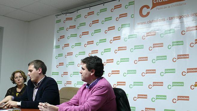 Paloma León, Albert Rivera y Juan Carlos Sánchez, durante la conferencia del diputado en Tarragona.