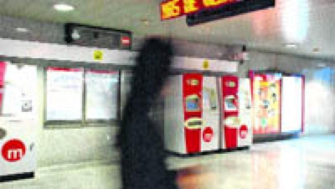 Los técnicos del Ayuntamiento instalaron un panel digital que informará de cuándo llegarán los autobuses de la EMT a la parada (B. G.).